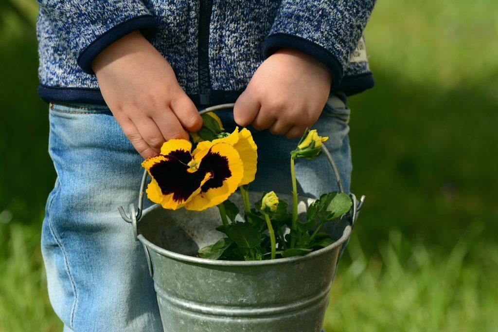 enfant avec fleur