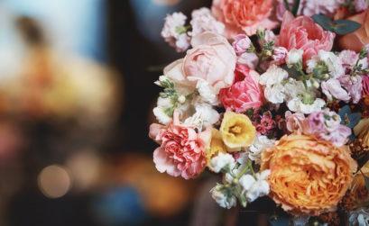 offrir un bouquet de fleur