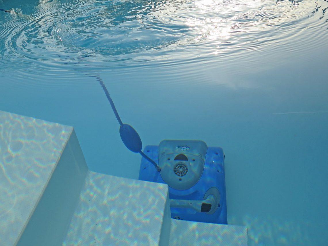 robot pour une piscine coque