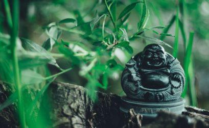 un autel bouddhiste dans le jardin